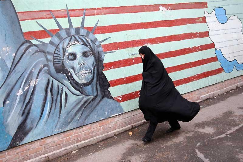 La police anti-émeute a dispersé, mercredi 4 novembre, des milliers de partisans de l'opposition qui manifestaient à Téhéran contre le président iranien Mahmoud Ahmadinejad, en marge d'un rassemblement officiel pour le trentième anniversaire de la prise de l'ambassade des États-Unis.