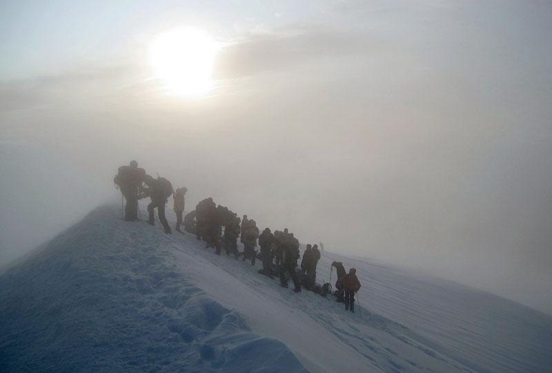 Des experts géomètres de Haute-Savoie réalisent, tous les deux ans, l'ascension du Mont-Blanc pour suivre l'impact du changement climatique sur le plus haut sommet des Alpes. Selon les nouveaux relevés rendus jeudi 5 novembre, le toit de l'Europe atteint 4810.45 mètres  de haut, soit 0.45 mètre de moins qu'en 2007.