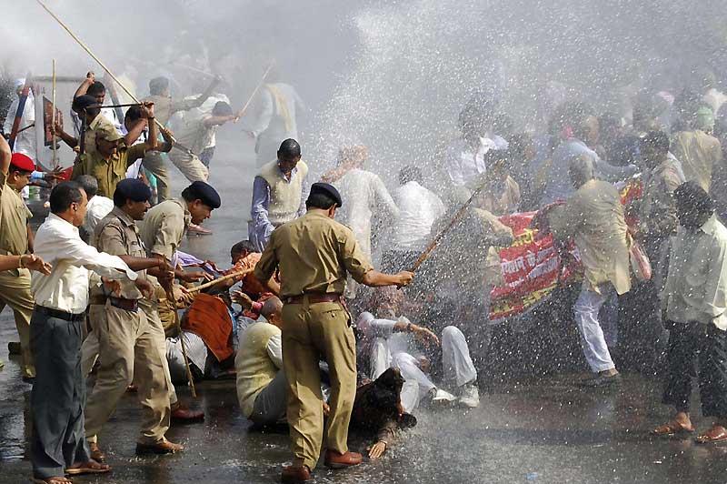Patna, Inde, mercredi 4 novembre. Au moins dix personnes ont été blessées par des policiers qui souhaitaient disperser des employés récalcitrants à l'aide de canons à eau et de gaz lacrymogène. L'objectif de leur manifestation : l'égalité de traitement et de salaire avec les employés du gouvernement.