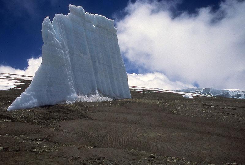 Les glaciers situés au sommet du mont Kilimandjaro, en Tanzanie, fondent à une vitesse accélérée. Si le réchauffement climatique persiste, ils auront disparu dans vingt ans, selon une étude américaine.