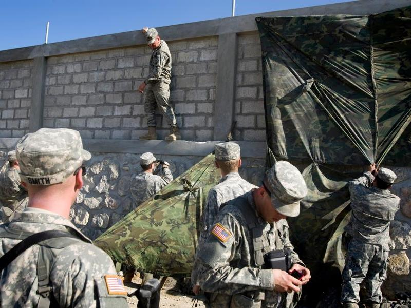 Des Marines installent leur camp près de Cité Soleil, un immense bidonville de Port-au-Prince. A peine arrivés, 2.200 hommes se sont immédiatement mis à participer à l'acheminement des vivres.