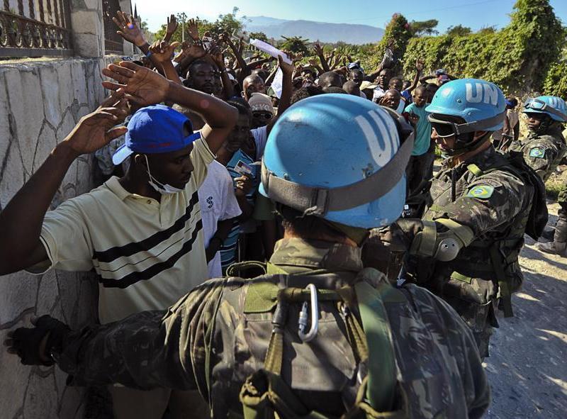 Les forces de l'ONU ont subi de lourdes pertes durant le séisme. Le secrétaire général, Ban Ki-moon, a demandé lundi au Conseil de sécurité l'envoi de 1.500 policiers et de 2.000 militaires supplémentaires afin de renforcer la Mission de l'ONU en Haïti (Minustah), qui dispose déjà de 11.000 hommes.