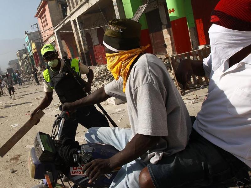 Face à la population qui manque de tout, la police haïtienne, décimée par le séisme, est débordée. Le gouvernement a décrété dimanche l'état d'urgence jusqu'à la fin du mois.