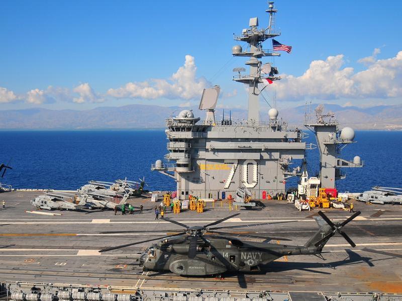 Les navires militaires américains ne sont pas en Haïti que pour assurer l'ordre. Ainsi le porte-avions USS Carl Vinson dispose d'une unité médicale dernier cri et produit de l'eau potable, dessalée à bord, pour être distribuée aux sinistrés.