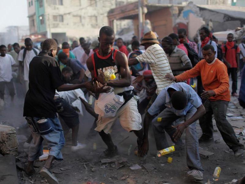 Dans les rues de Port-au-Prince, le moindre carton de vivres suscite des scènes d'émeutes. Selon la Croix-Rouge,