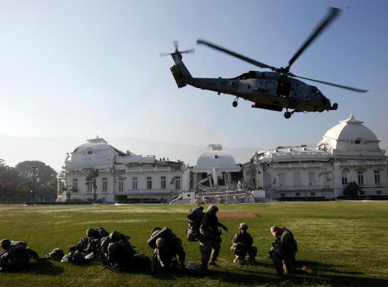 Cinquante parachutistes américains ont fait une arrivée spectaculaire mardi près du palais présidentiel de Port-au-Prince, à bord d'au moins quatre hélicoptères, pour sécuriser les alentours.