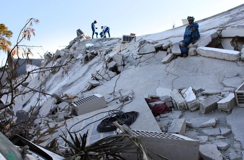 Les sauveteurs se démènent toujours pour retrouver des survivants dans les décombres. L'ONU a affirmé que «l'espoir persiste» tout en précisant que la phase de recherche des survivants allait «très bientôt» s'achever. Depuis une semaine, au moins 90 survivants ont été tirés des décombres.
