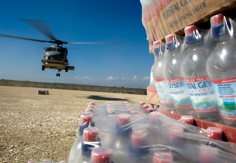 Lundi, l'aviation américaine avait procédé à de premiers parachutages, larguant 14.500 rations alimentaires et 15.000 litres d'eau sur une zone sécurisée proche de l'aéroport de la capitale haïtienne.