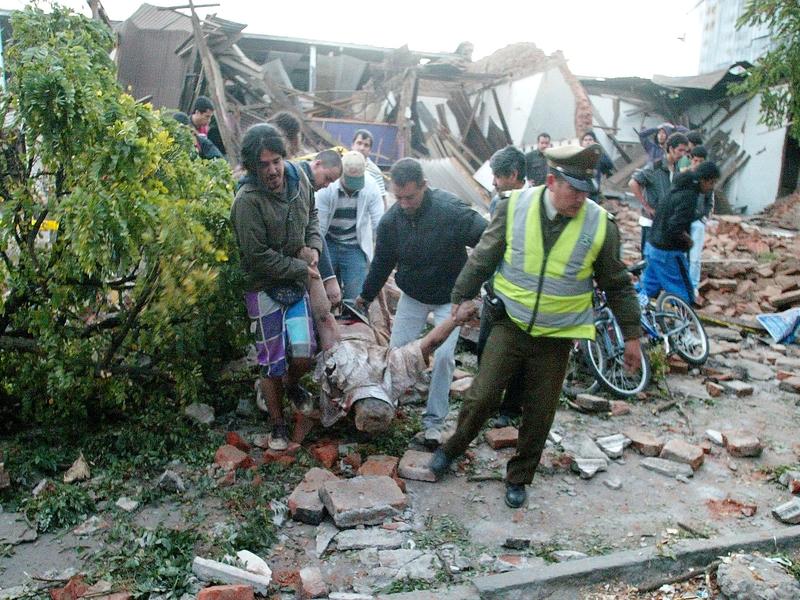 A Talca, la priorité des autorités reste l'évacuation des victimes et la sécurisation des bâtiments endommagés.