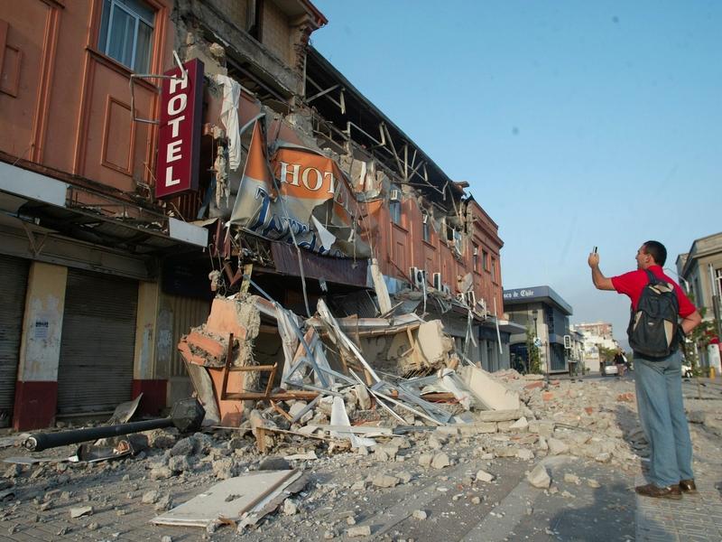 Beaucoup de bâtiments, comme cet hôtel, n'ont pas résisté à la violence du tremblement de terre. Le séisme, d'une magnitude de 8,8, est le sixième tremblement de terre le plus violent jamais enregistré.