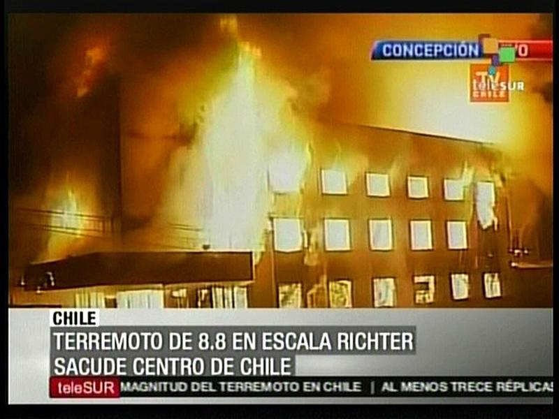 A Concepcion, la ville la plus proche de l'épicentre, des bâtiments sont partis en fumée suite au séisme.