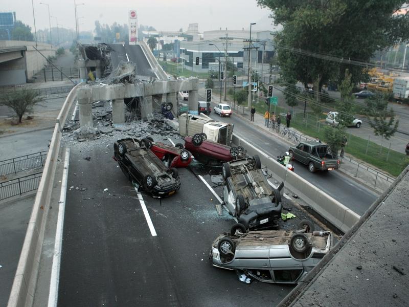 Dans la banlieue de Santiago, des pans entiers de voies rapides se sont effondrés, provoquant de nombreux accidents.