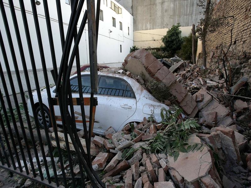 A Valparaiso, sur la côte pacifique au nord de l'épicentre, des voitures se sont retrouvées bloquées sous les décombres.