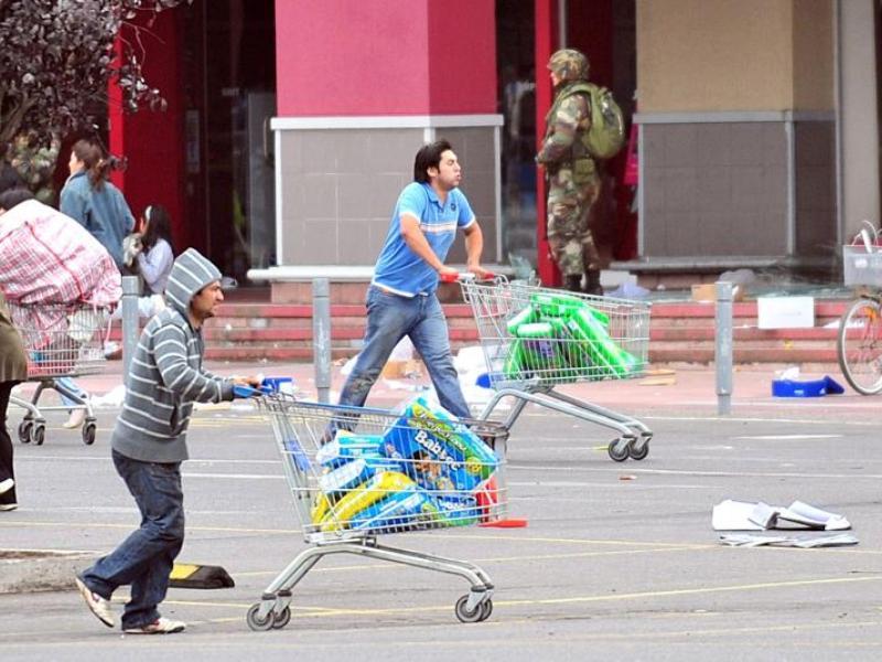 Plusieurs dizaines de personnes se sont livrées dimanche matin au pillage d'un grand supermarché de Concepcion, la plus frappée par le séisme. La ville a semblé plonger dans le chaos. La police a dû utiliser des canons à eau et des grenades lacrymogènes pour disperser quelque 150 personnes qui avaient forcé les portes d'un supermarché pour y dérober eau, vivres et couches-culottes.