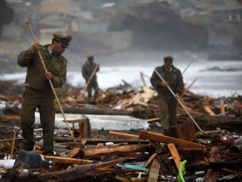 Les policiers fouillent les débris de  Pelluhue.