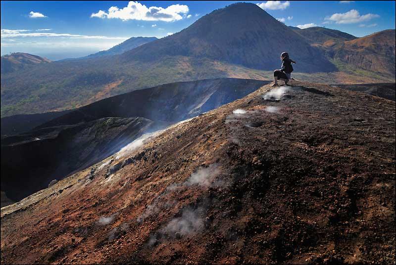 Avec ses 130 000 km², le Nicaragua est le plus grand pays d'Amérique centrale. Quatre chaînes de montagnes lui donnent son relief, dont celle des Marrabios, qui compte 25 volcans. Parmi eux, le Cerro Negro, d'où le panorama sur la plaine de Leon est à couper le souffle.