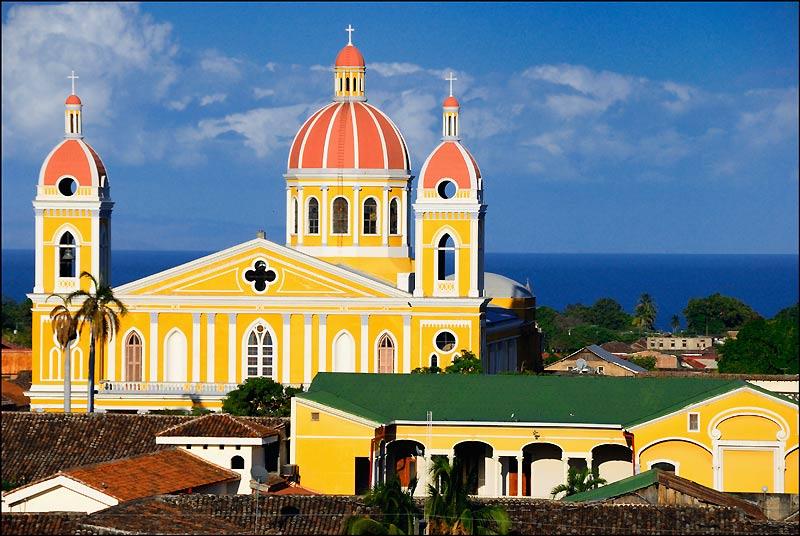 Quatre fois détruite par les pirates, la dernière fois en 1856 par William Walker, Granada a entrepris en 2005 de restaurer son cœur historique autour de la cathédrale.