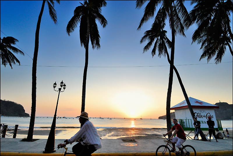 San Juan del Sur, havre balnéaire sur le Pacifique, connut la prospérité au XIXe siècle quand le Nicaragua était la route commerciale de l'Amérique. De New York, les navires descendaient la côte caraïbe jusqu'au fleuve San Juan pour atteindre le lac Nicaragua. Après un court transfert terrestre, les marchandises reprenaient la mer à San Juan del Sur pour rejoindre la Californie.