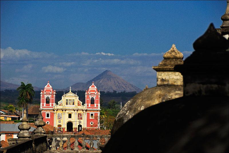 De la cathédrale de Leon, vue sur l'église El Calvario et les volcans.