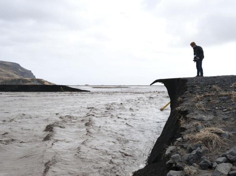 La fonte du glacier a provoqué deux importantes coulées d'eau des deux flancs du volcan, endommageant les routes, qui ont été fermées (photo). Les autorités ont percé en trois endroits la route, qui fait le tour du pays, pour que les torrents s'écoulent vers la côte plus facilement sans emporter les ponts sur leur passage. Cette région du sud de l'île, reculée et peu peuplée, est située à 125 kilomètres à l'est de Reykjavik, la capitale.