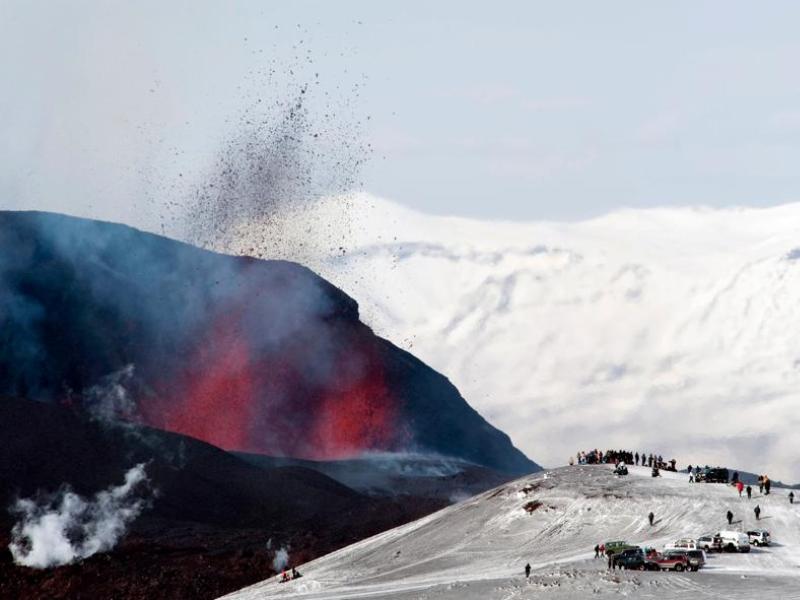 Le volcan situé sous le glacier Eyjafjallajokull est dix fois plus actif qu'un cratère voisin entré en éruption le 20 mars dernier (photo). Un événement qui avait mis fin à plus de 200 ans de sommeil du volcan.