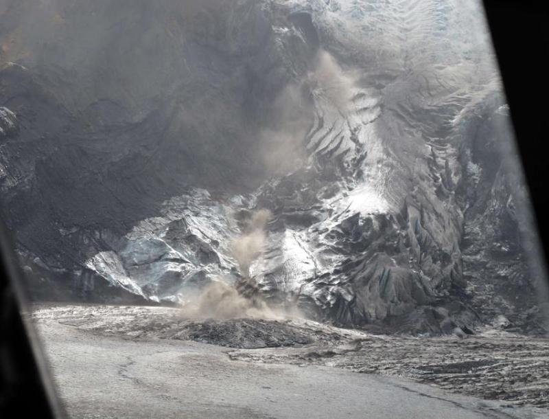 Sur cette photo prise en avril, on aperçoit de la fumée sortir du cratère du volcan.
