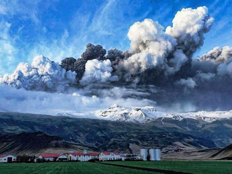 Les autorités islandaises ont évacué 800 personnes, qui habitent près du volcan Eyjafjallajokull. En avril, certaines n'étaient revenues chez elles que depuis 24 heures après avoir été déplacées une première fois. Dans ces zones, la protection civile a incité les riverains à porter des masques pour éviter d'inhaler des cendres et des poussières volcaniques.
