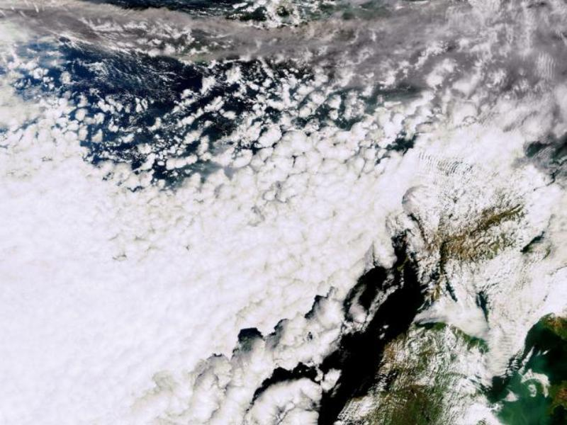 Cette photo satellitaire de l'ESA (Agence Spatiale Européenne) montre le nuage de cendres (traînée grise) en train de survoler le Royaume-Uni.