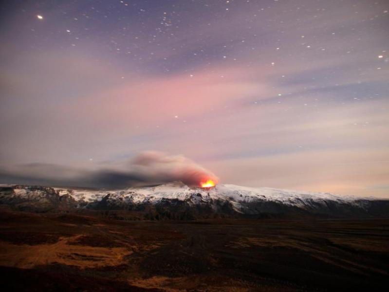 Le volcan continue d'être actif.