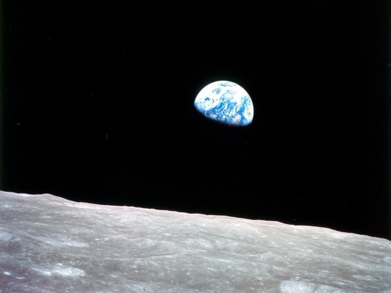 Ce célèbre lever de Terre a été photographié le 24 décembre 1968, au cours de la mission Appollo 8. La photo n'a pas été prise depuis le sol de la Lune, mais à bord de l'un des deux modules en orbite autour de l'astre.