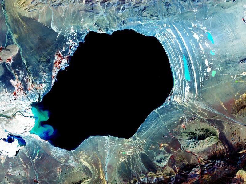 Voici l'un des nombreux lacs intérieurs du Tibet, le Dagze Co. Les différentes stries à droite et au-dessous du lac sont les vestiges de côtes plus anciennes. Depuis plusieurs millénaires, les changements climatiques ont rendu cette région bien plus aride qu'elle ne l'était pendant les précédentes ères glaciaires.