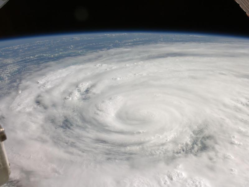 En septembre 2008, l'ouragan Ike couvre plus de la moitié de Cuba sur cette image prise à bord de la Station spatiale internationale (ISS). Ses vents ont atteint des vitesses proches de 170 kilomètres par heure quand ils ont balayé le Texas.