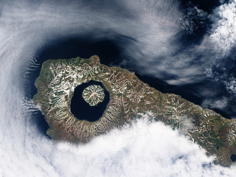 Il y a plus de 9000 ans, une gigantesque éruption générait un énorme cratère sur l'île d'Onekotan, située au large de la péninsule du Kamtchatka (Russie). Aujourd'hui, le cratère est rempli d'eau : c'est le lac, très profond, de Kal'tsevoe dont émerge un petit volcan.