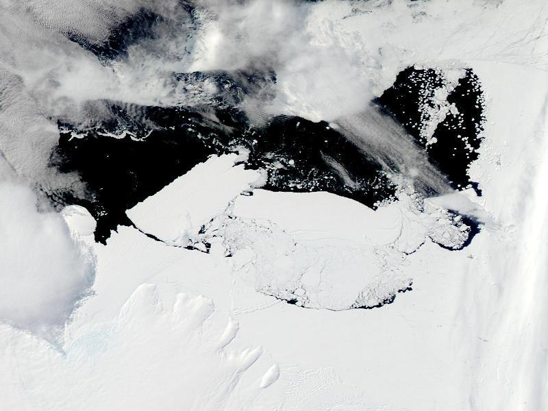 Pôle Sud. L'iceberg au milieu de cette image représente en surface environ le tiers de l'Ile-de-France. Lorsqu'il a percuté le glacier Mertz (en bas), le choc de la collision a provoqué le détachement d'un autre iceberg presque aussi grand que lui (en haut à gauche).
