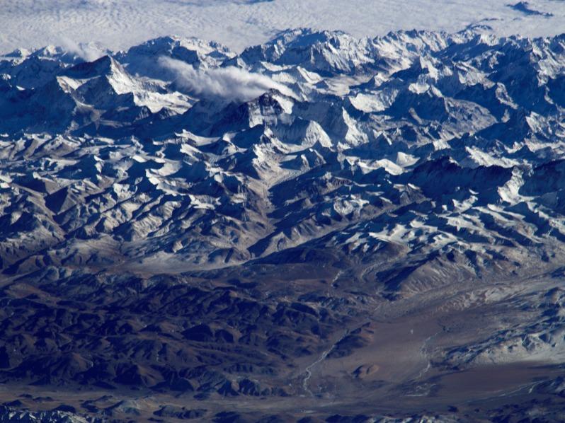 Il ne faut pas se fier aux apparences : cette photo n'a pas été prise depuis un avion, mais bien depuis l'espace. Et pour cause, c'est l'Everest culminant à 8848 mètres que le photographe est en train de surplomber depuis l'ISS.