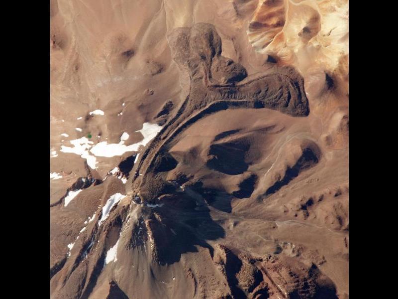Le sommet du volcan Llullaillaco, dans les Andes, culmine à 6739 mètres. C'est le volcan actif le plus haut du monde (sa dernière éruption explosive date de 1877). On peut voir sur ce cliché une longue et impressionnante coulée de lave.