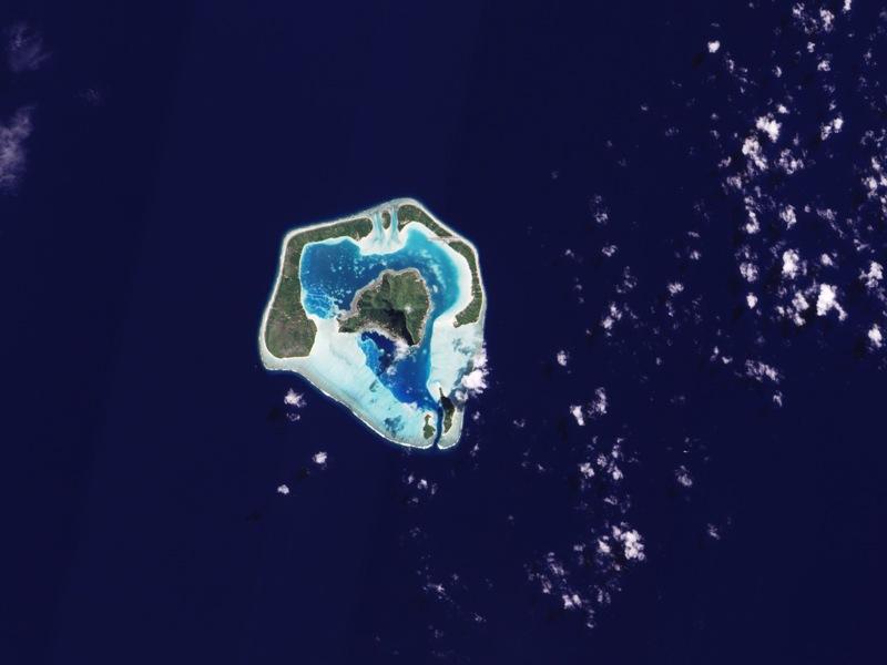 Cette petite île et ses paradisiaques lagons sont perdus au milieu du Pacifique, à 46 kilomètres de Bora-Bora. Il faut parcourir 5800 kilomètres pour rejoindre l'Australie et 3800 pour poser le pied en Nouvelle-Zélande. L'île mesure moins de 10 kilomètres de long.