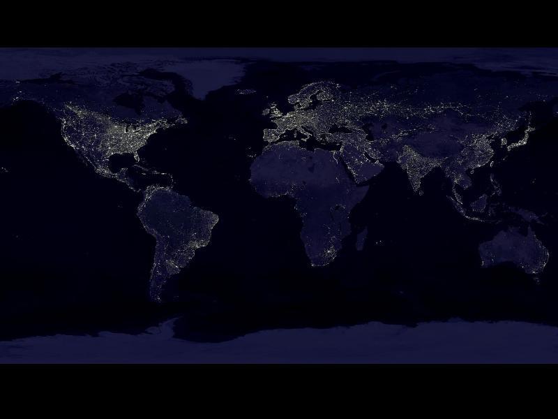Cette vue globale du monde nocturne a été reconstituée à partir de plus de 400 images satellites. Les chercheurs de la NASA ont notamment utilisé cet éclairement des villes pour étudier le climat autour des zones urbaines.