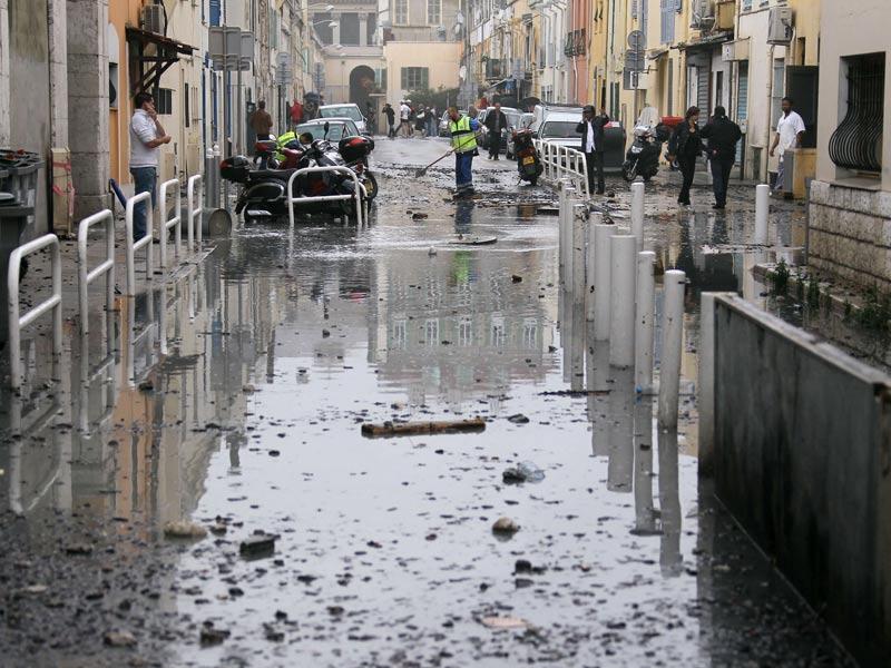 Les maires UMP de Nice et de Cannes, Christian Estrosi et Bernard Brochand, ont demandé le classement de leurs communes en zone de catastrophe naturelle pour accélérer le versement des indemnités par les assurances. Ici, une rue de Nice.