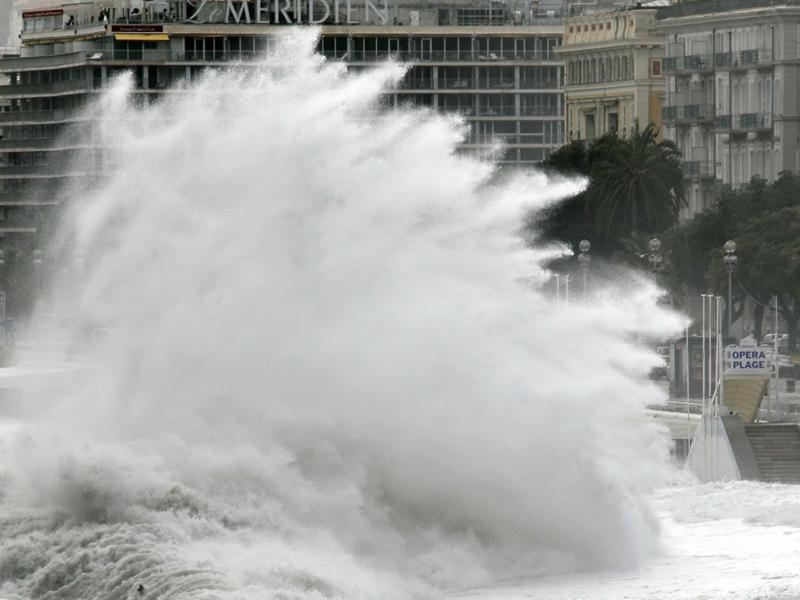 Des vagues de six mètres, parfois plus, ont frappé la Côte d'Azur mardi après-midi, comme ici à Nice. A Cannes, où le Festival du Film démarre le 12 mai, des vagues de huit à dix mètres ont été observées, et une vingtaine de restaurants ont subi des dégâts très importants. Un parking a été envahi par les eaux, et plusieurs voitures retournées.