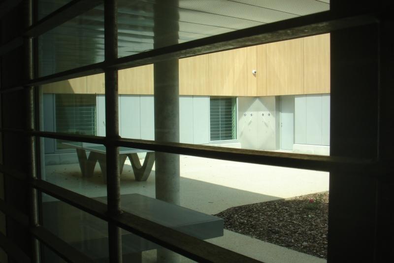 Plusieurs cours intérieures jalonnent l'intérieur de l'UHSA. Les détenus peuvent y déjeuner ou s'y promener, mais toujours sous surveillance électronique ou humaine.