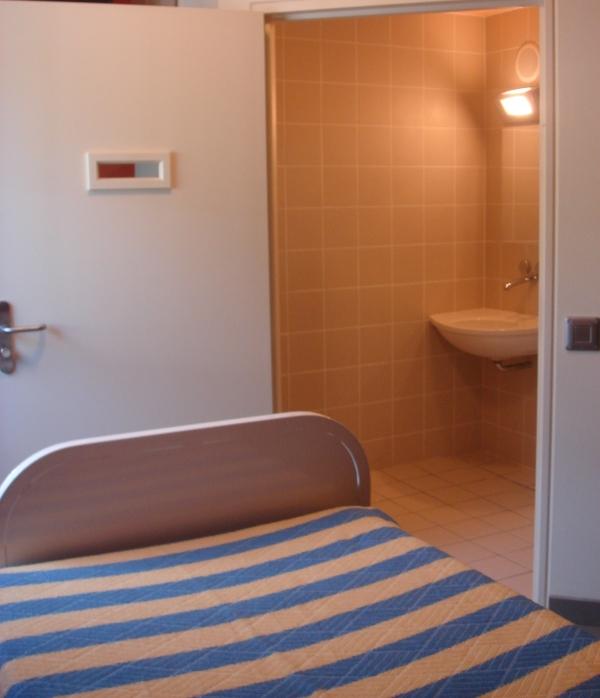 Les vingt chambres actuellement en service dans l'UHSA de Lyon sont toutes équipées d'une salle de bain individuelle, fermée par une porte et équipée d'un lavabo et de toilettes. Certaines chambres sont dotées de lits médicalisés pour répondre aux besoins des patients.