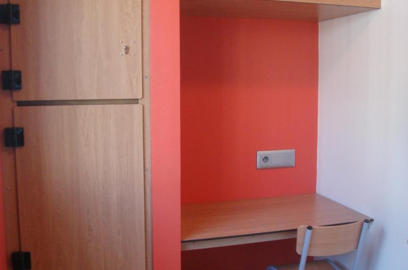 Chaque détenu bénéficie d'un coin bureau dans sa chambre, ainsi que d'une penderie. Dans cet établissement d'un genre nouveau, l'accent a également été mis sur les couleurs : l'orange, le jaune ou encore le rouge reviennent régulièrement sur les murs de l'UHSA.