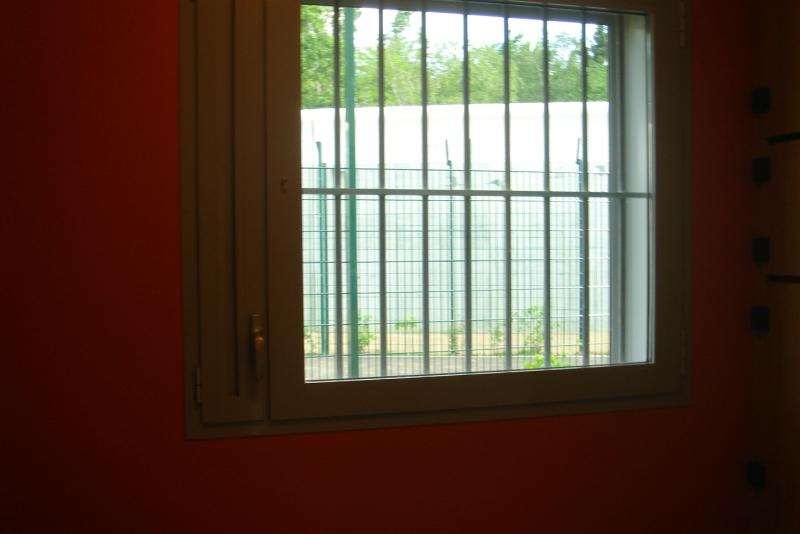 Si les chambres ont le même aspect que dans un hôpital classique, les barreaux rappellent en revanche aux détenus leur condition.