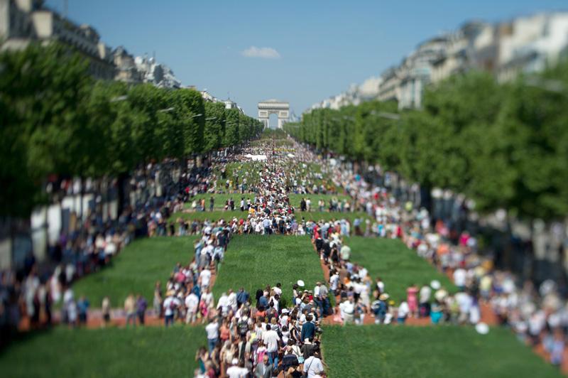 Sur une longueur de 1,2 km, de la place de l'Etoile au rond-point des Champs-Elysées, toute l'avenue a été recouverte d'un plateau végétal.