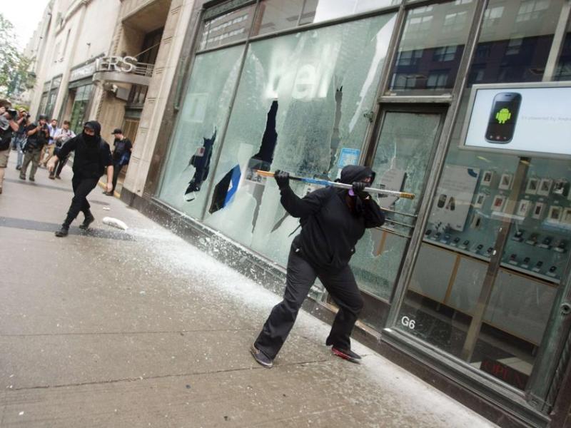 Des militants radicaux ont mis le feu à deux voitures de police, en ont endommagé au moins deux autres et brisé de nombreuses vitrines à coups de pierres samedi à Toronto, en marge d'une vaste manifestation contre le sommet des pays industrialisés et émergents du G20.