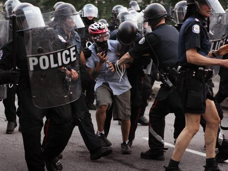 Des policiers portant des masques à gaz ont dispersé les manifestants radicaux et violents. Ils ont tenté de contenir les fauteurs de troubles en faisant usage de matraques, de gaz lacrymogènes et de gaz au poivre. Près de 500 personnes ont été arrêtées.