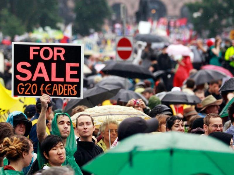 Auparavant, dans le cadre d'une marche autorisée et bien ordonnée, quelque 10.000 syndicalistes, écologistes, étudiants et défenseurs des droits des femmes avaient manifesté sous la pluie pour faire entendre leurs revendications aux dirigeants du G20.