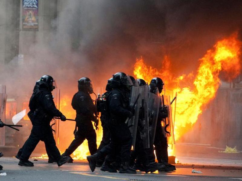«Nous n'avons jamais vu un tel niveau de délinquance gratuite, de vandalisme et de destruction dans nos rues», a déclaré le chef de la police de Toronto, Bill Blair, tout en niant l'utilisation par la police de balles en caoutchouc.