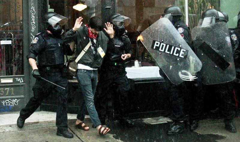 De nouveaux affrontements ont éclaté dimanche dans les rues de Toronto entre policiers et manifestants venus protester contre les chefs d'État et de gouvernement réunis en sommet à l'occasion du G20. Pour la deuxième journée consécutive, la police canadienne a utilisé des gaz lacrymogènes et des balles en caoutchouc contre les manifestants qui ont incendié des véhicules de la police et détruit des vitrines à proximité de la barrière de sécurité interdisant l'accès aux travaux du G20.